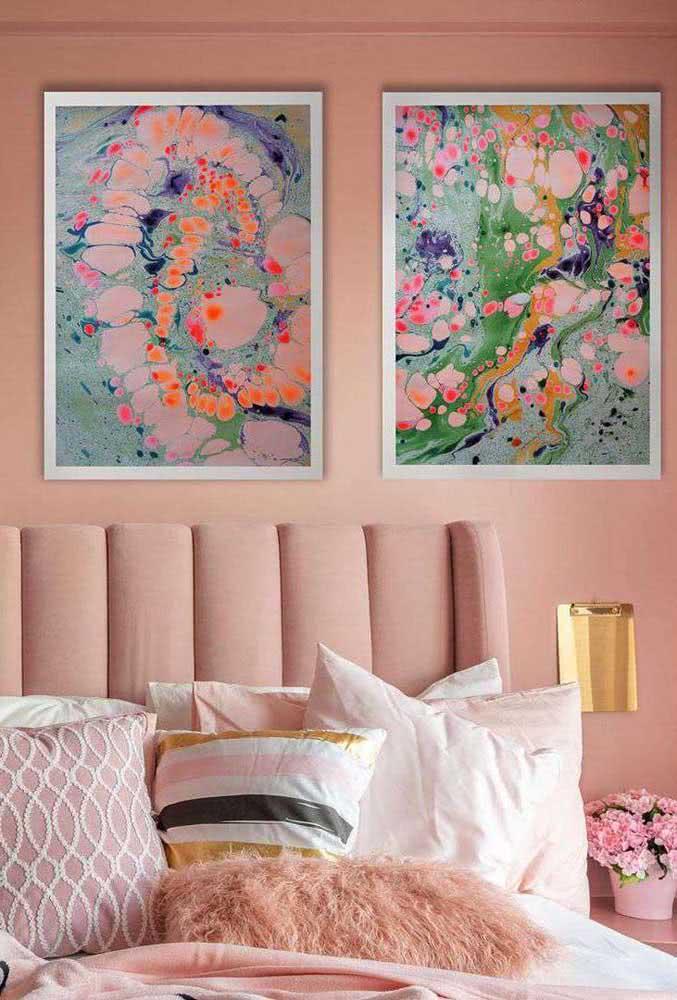 A cor que está na decoração se repete nos quadros