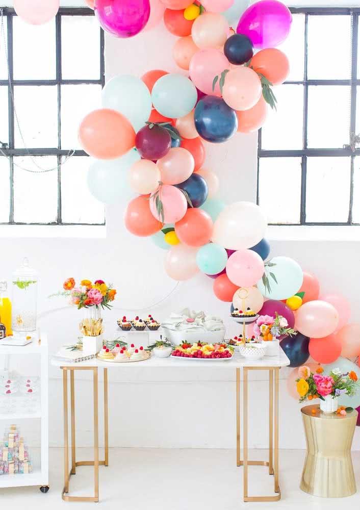 Mesa posta de café da manhã de aniversário com direito a flores e balões