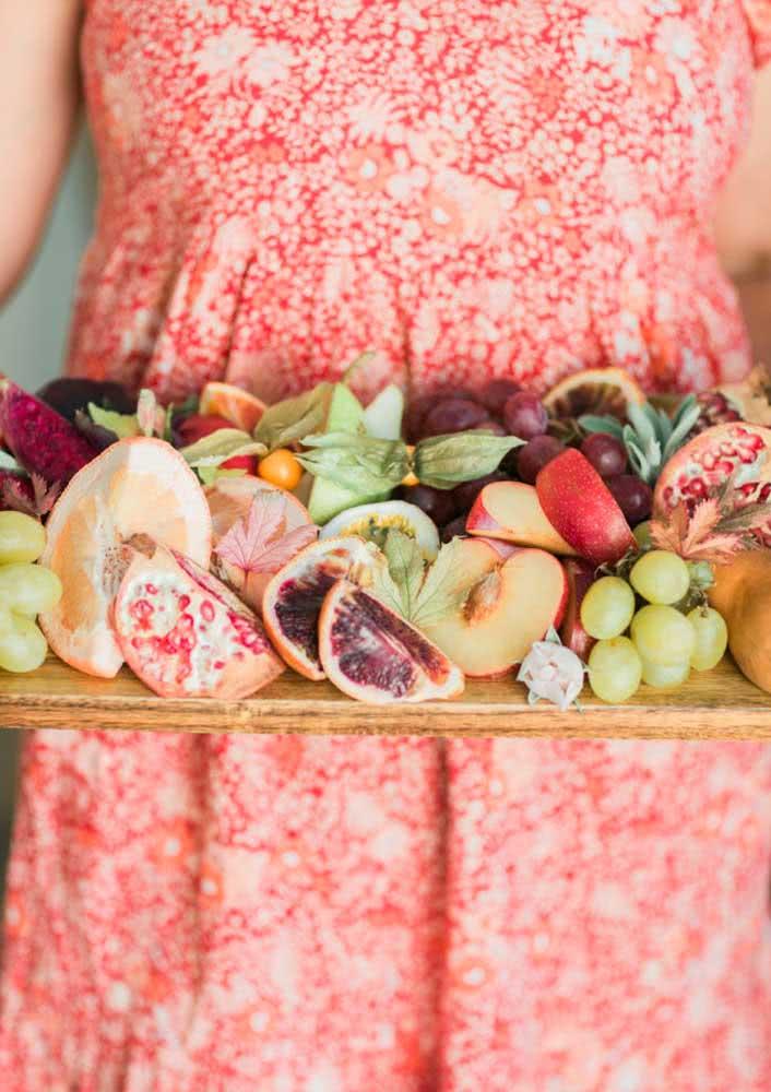 A tábua de frutas e frios pode ser servida na cama