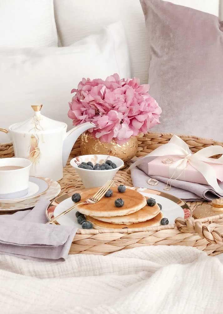 Café da manhã de aniversário simples com panquecas e café com leite
