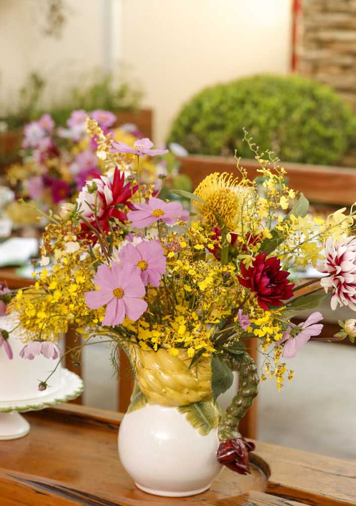 Flores do campo para um café da manhã de aniversário rústico
