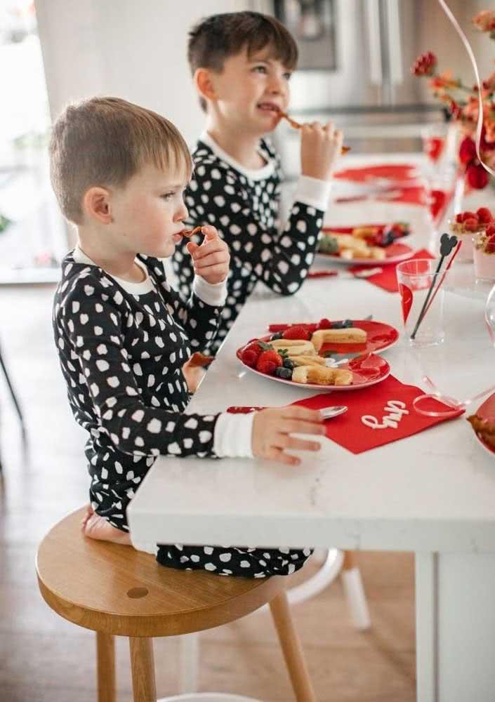 Café da manhã de aniversário infantil saboroso, bonito e saudável