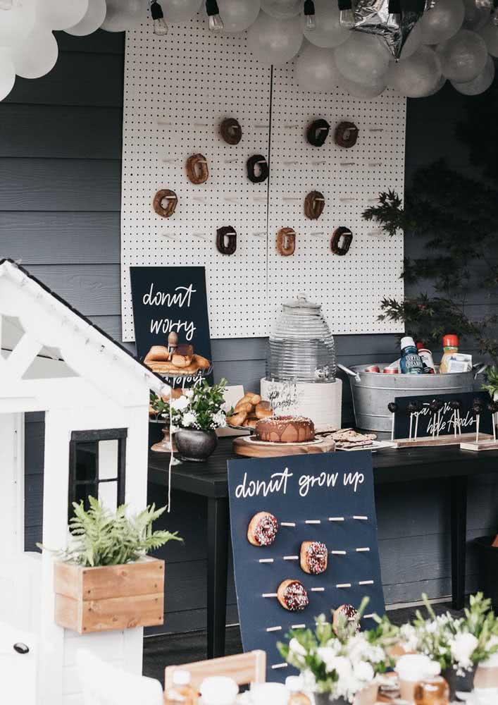Café da manhã de aniversário com donuts à vontade