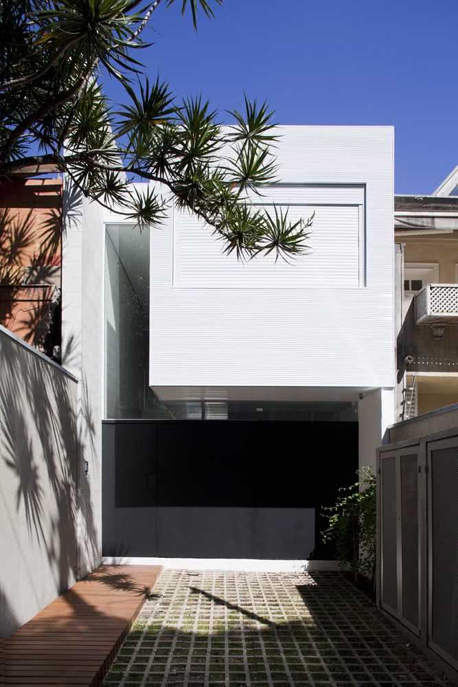 Fachada moderna branca em contraste com o portão preto