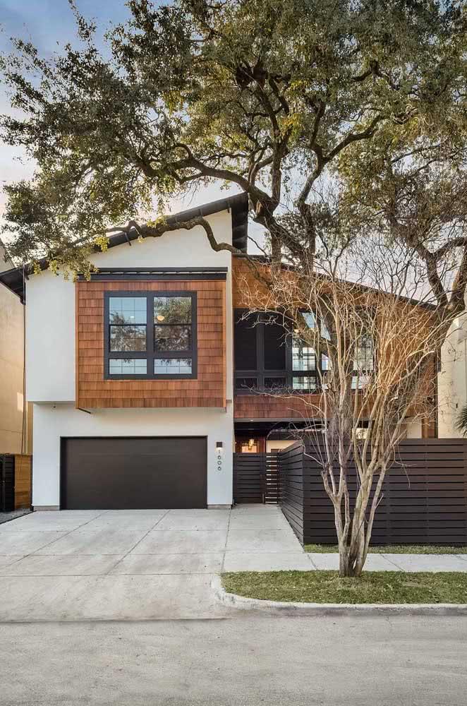 Fachada de casa moderna com telhado aparente. O mix harmonioso de cores e materiais chama a atenção