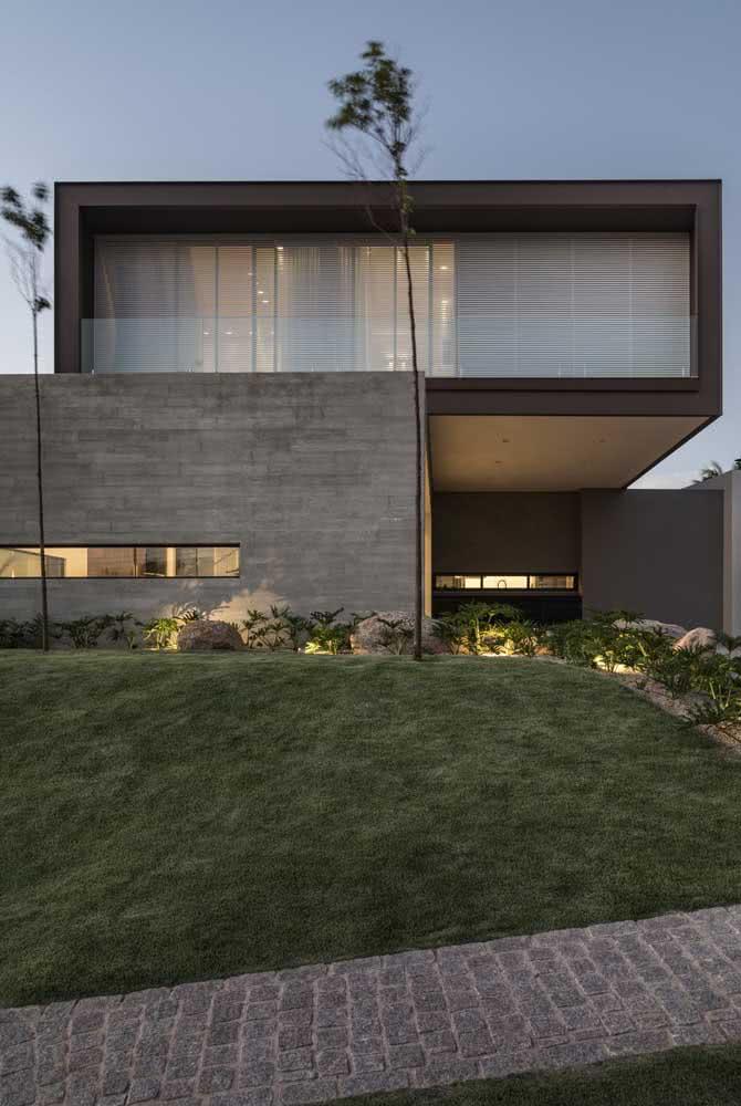 Fachada de casa moderna com jardim. Nesse projeto, as linhas retas são bem evidentes