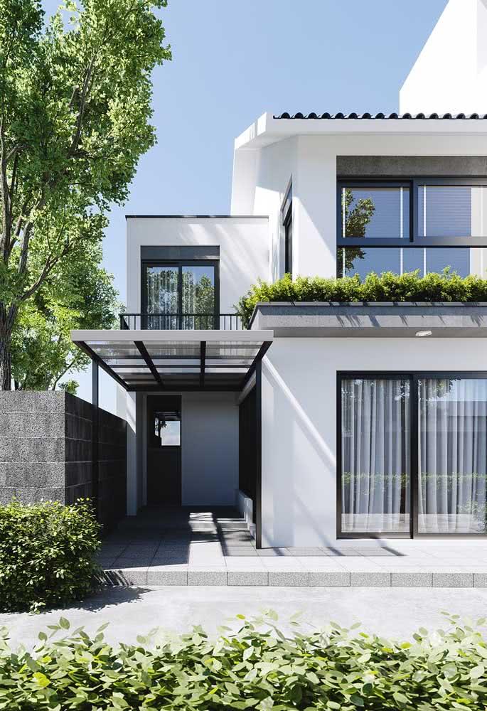 Você não precisa de muito para ter uma fachada moderna. Aqui, a pintura branca ao lado das esquadrias pretas foi o suficiente
