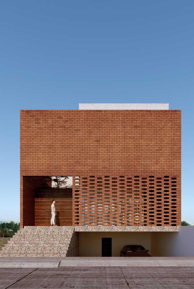 Aqui, a fachada de tijolinhos esconde a parede principal da casa