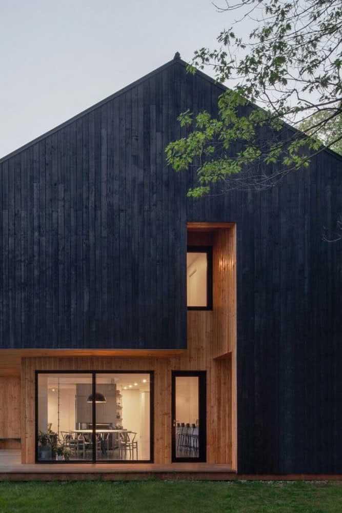 Fachada de casa moderna toda feita em madeira, quem disse que não?