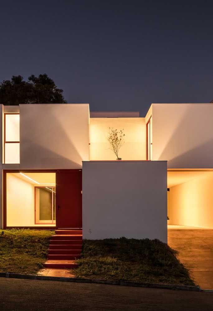 O volume da fachada é valorizada na presença da iluminação indireta