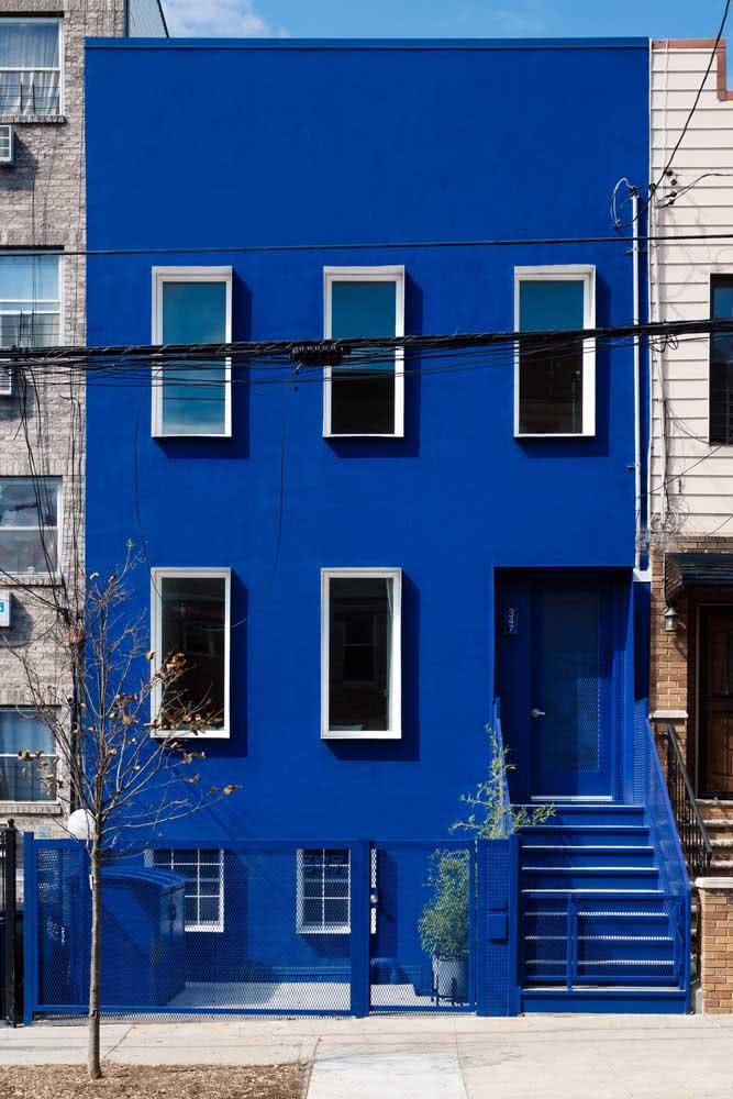 Que tal apostar em uma fachada moderna monocromática azul?