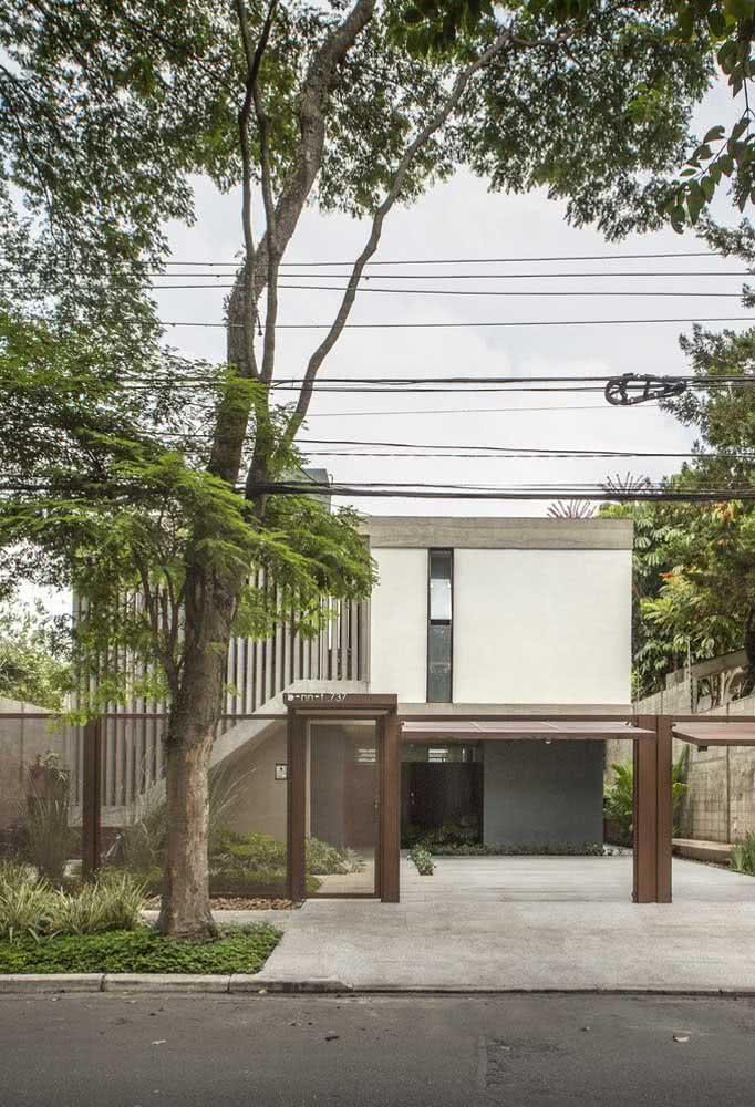 Quintal, jardim e garagem integram a fachada dessa casa moderna