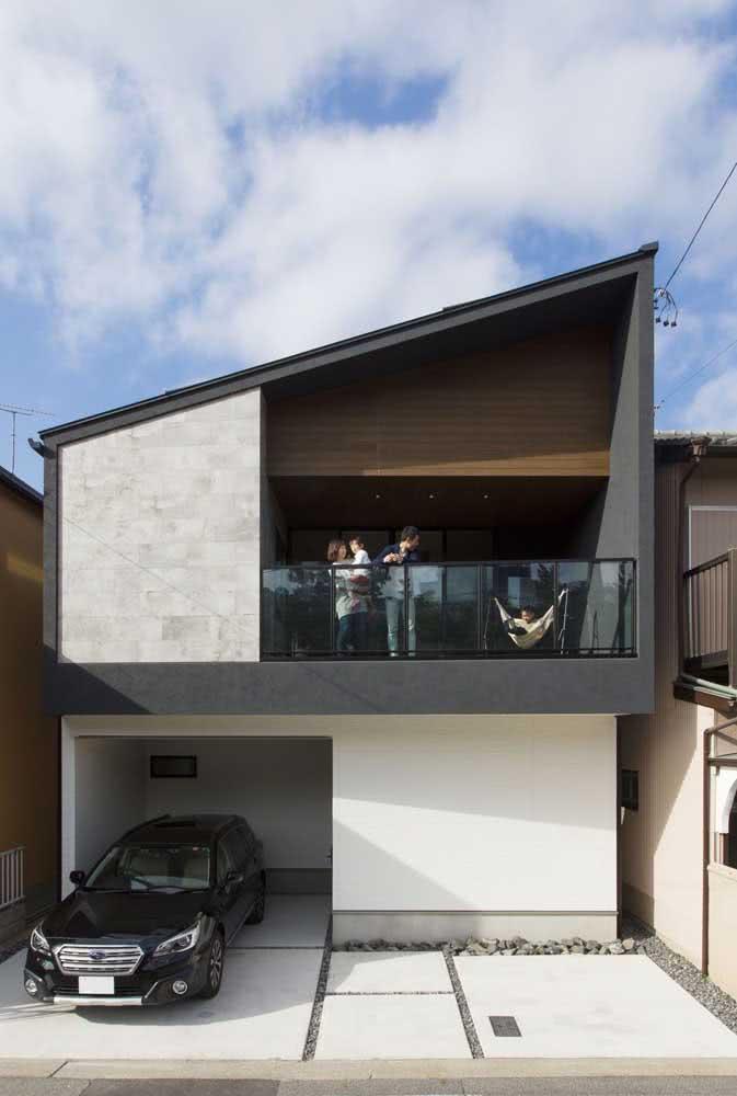 Fachada de uma casa moderna e simples com destaque para a pintura em cores neutras