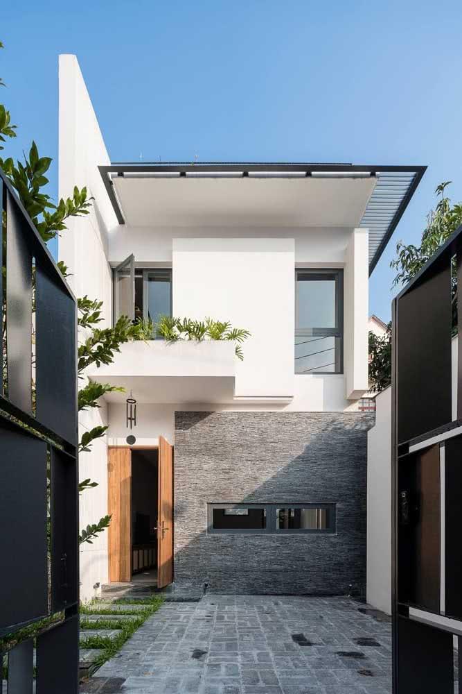 Fachada de casa moderna quase sempre é assim: não tem telhado aparente