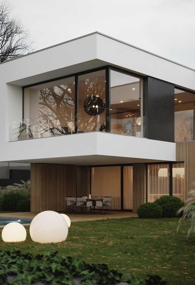 Iluminação natural é regrinha básica da arquitetura moderna. Para isso, tenha janelas amplas na fachada