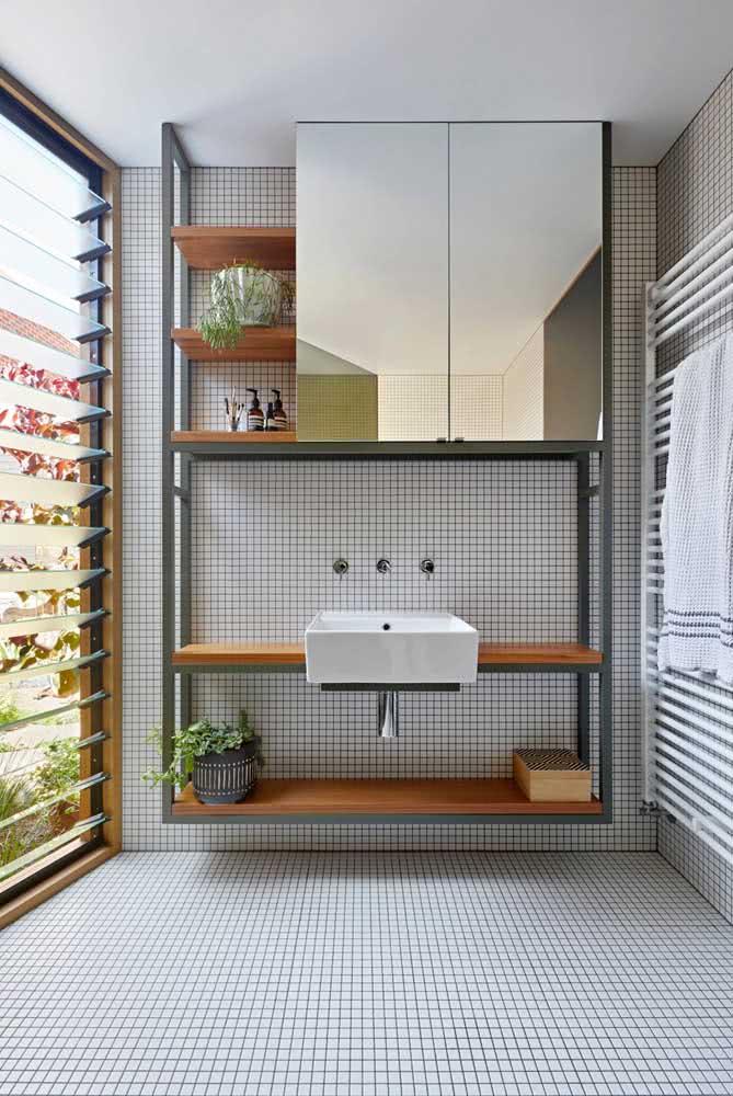 No banheiro, a bancada suspensa é ideal para acompanhar a cuba e ainda servir como apoio para os itens de higiene