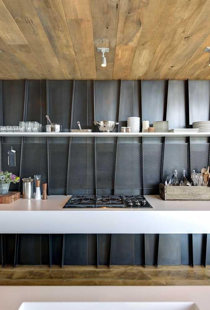 Bancada suspensa na cozinha para apoiar o cooktop e os utensílios do dia a dia