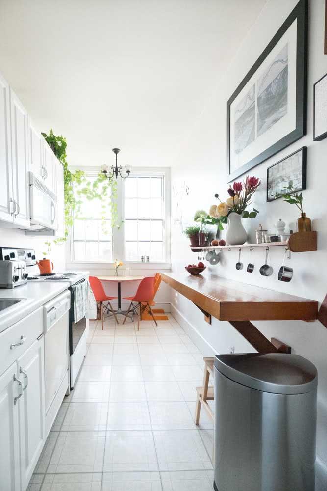 O espaço apertado da cozinha corredor não foi problema para a bancada suspensa