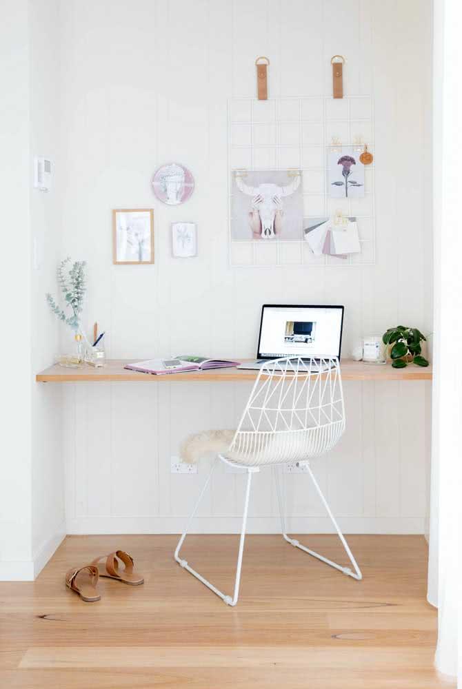 Bancada suspensa simples para estudo e trabalho. Um modelo desses pode ser facilmente feito em casa por você mesmo
