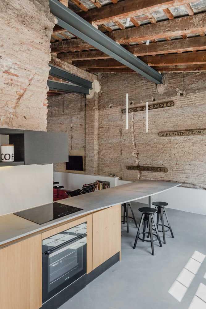 Cozinha moderna com bancada suspensa atravessando todo o comprimento do ambiente