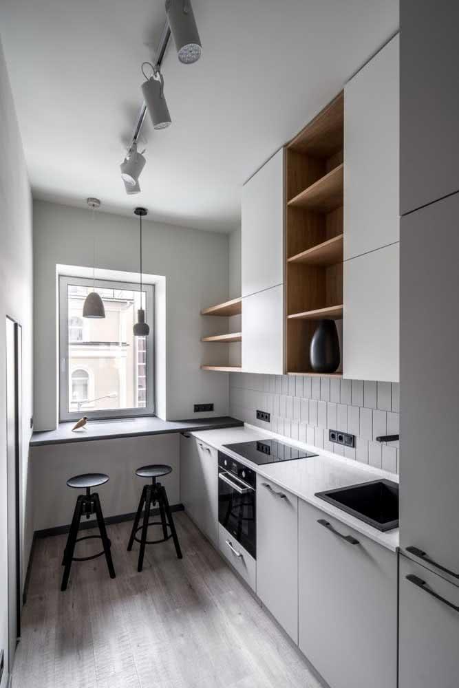 Bancada suspensa preta para combinar com a decoração da cozinha minimalista