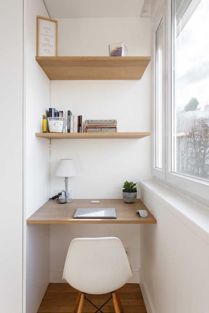 Já aqui, a varanda foi transformada em home office e a bancada suspensa substitui a mesa