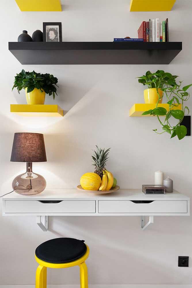 Bancada suspensa branca com gavetas para compor a parede da cozinha ao lado das prateleiras