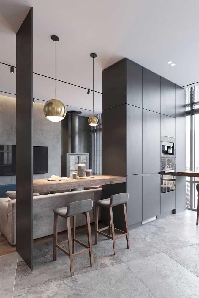 Bancada suspensa integrando e demarcando os espaços entre a sala de estar e a cozinha