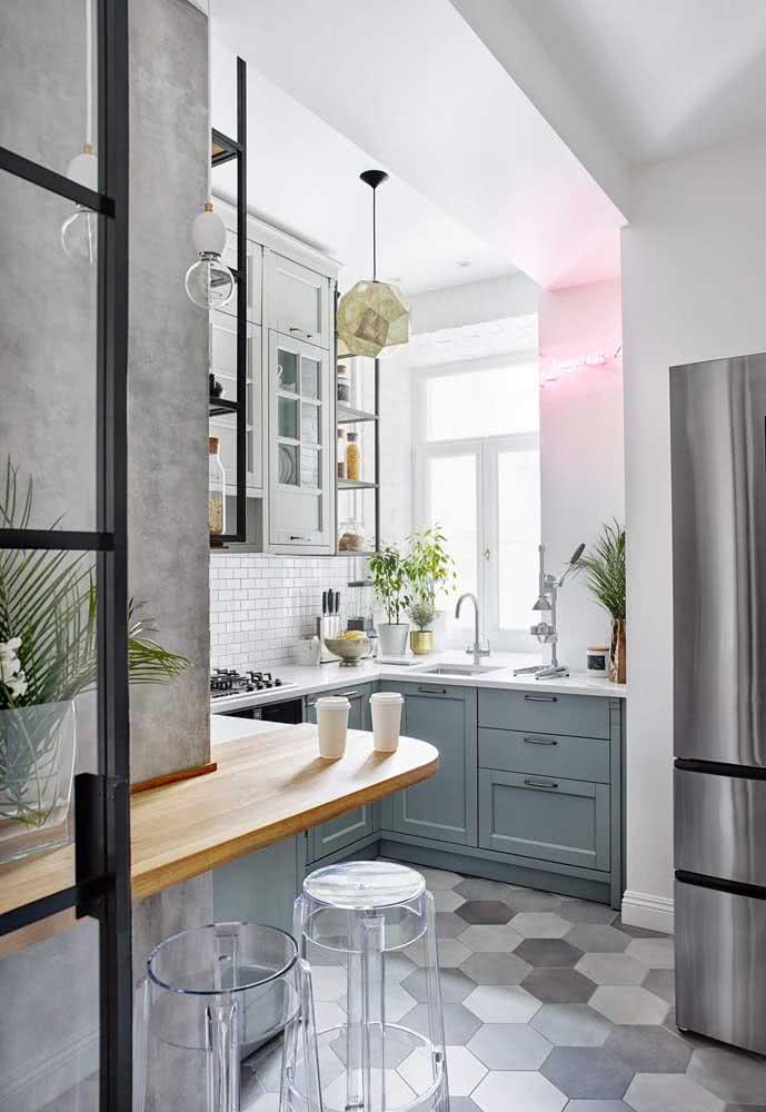 Bancada suspensa contornando a parede e aproveitando melhor o espaço da cozinha