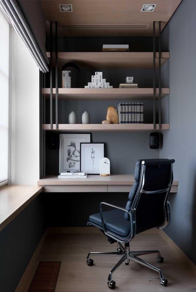 Home office moderno com bancada suspensa complementada pelas prateleiras
