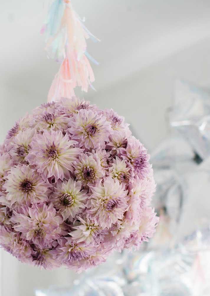 Aqui, o tradicional globo de luz ganhou uma versão florida
