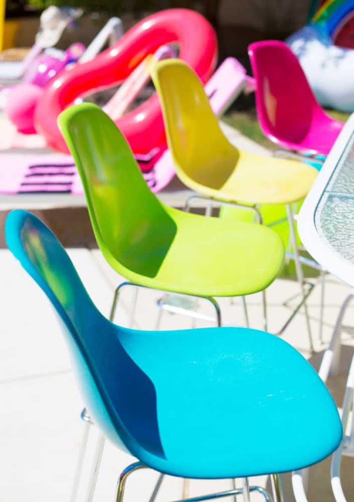 As cadeiras coloridas completam o tema de aniversário adulto