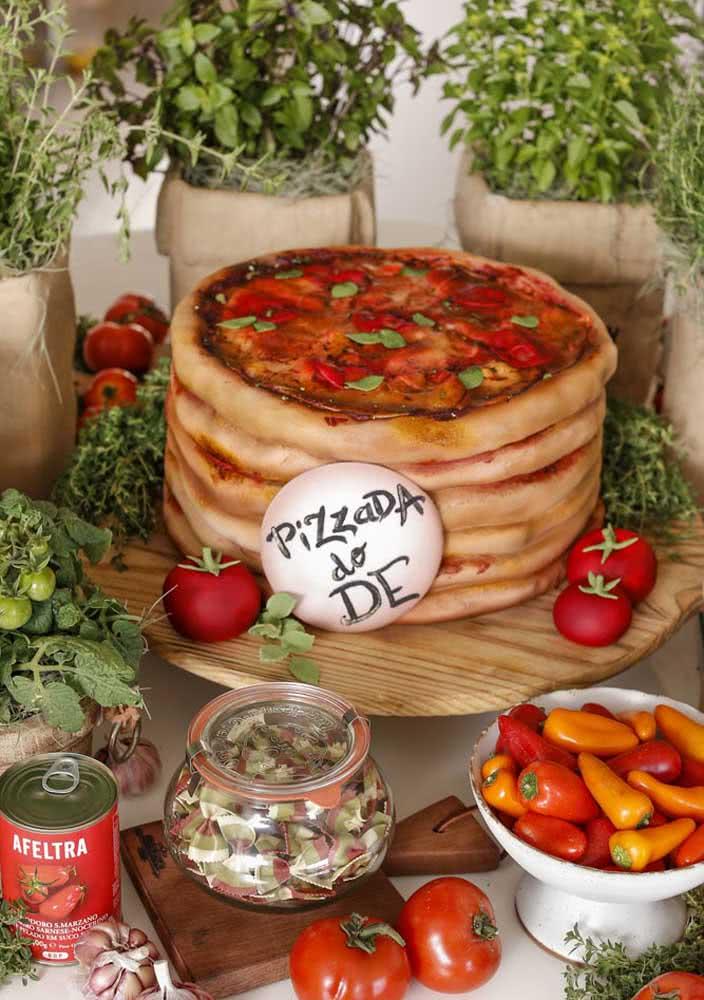 Vasos de manjericão e tomates são parte da decoração da festa de aniversário com tema pizza