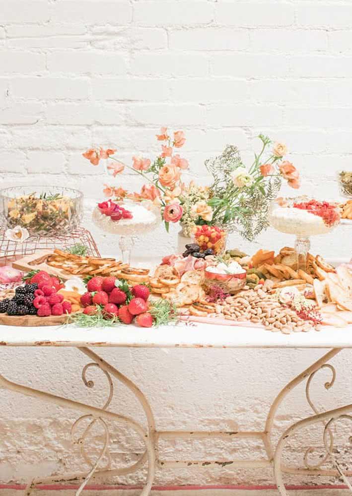 A mesa de frutas e frios ficou linda com a decoração em rosé gold