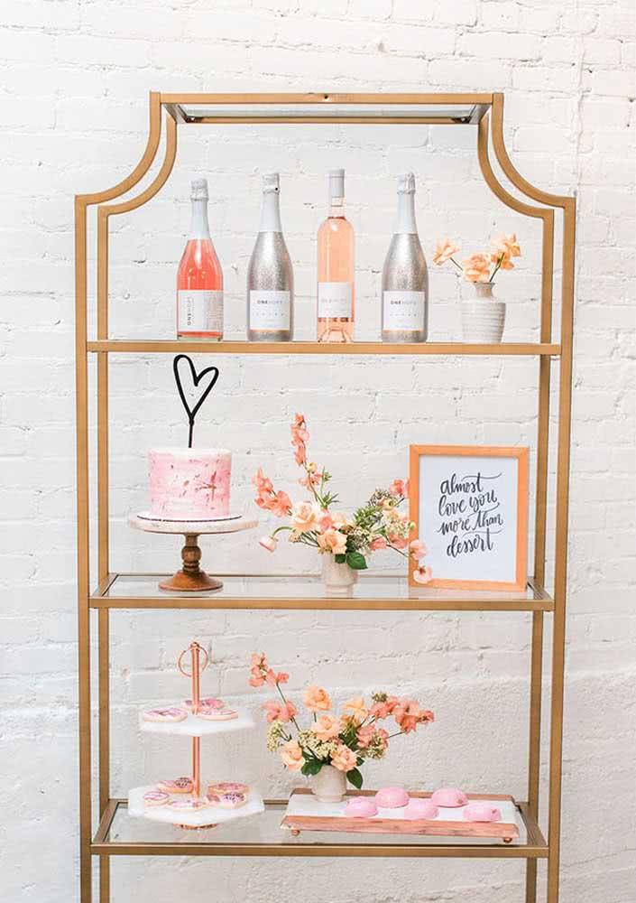Um móvel rosé gold resolve a decoração da festa