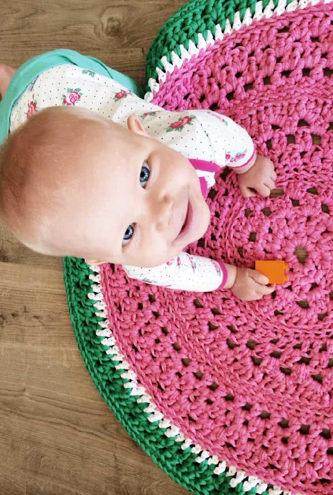 Tapete de crochê para quarto de bebê com cor e formato de melancia. Uma fofura só!