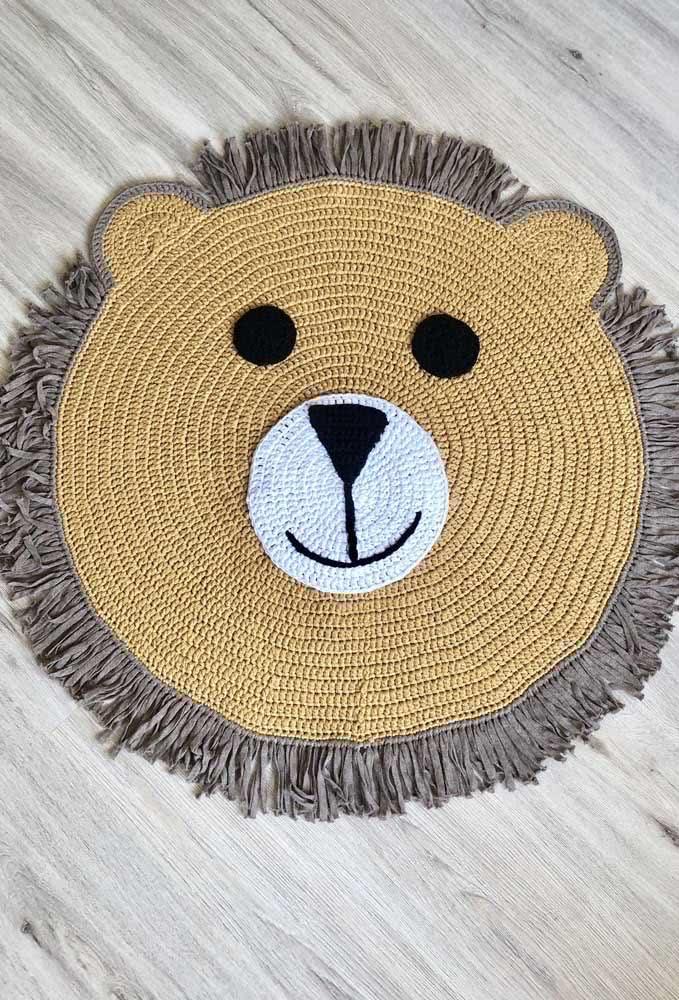 Um tapete com carinha de urso para deixar o quartinho lúdico e divertido