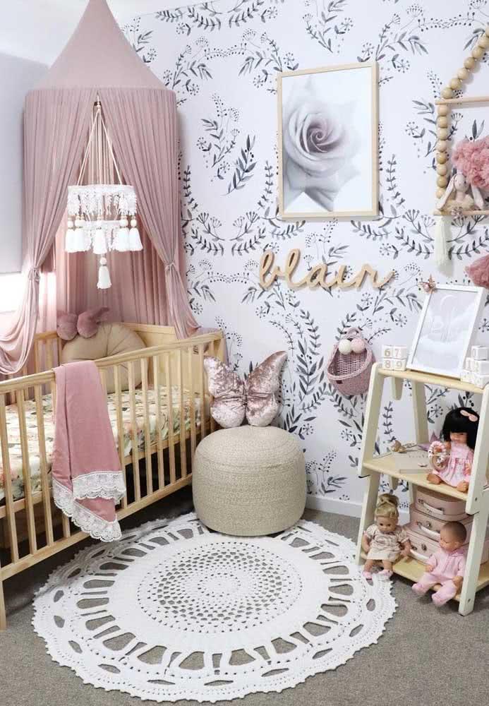 Tapete de crochê redondo para quarto de bebê menina. Repare que aqui a cor neutra da peça ajuda a neutralizar um pouco a decoração
