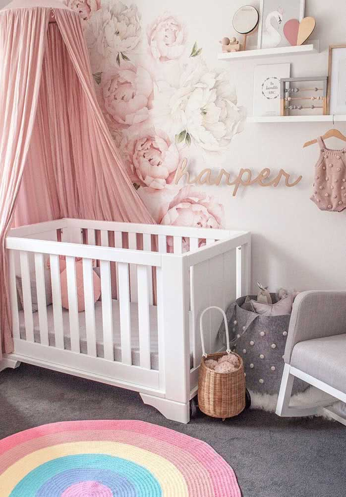 Um arco íris estampado no tapete de crochê para quarto de bebê