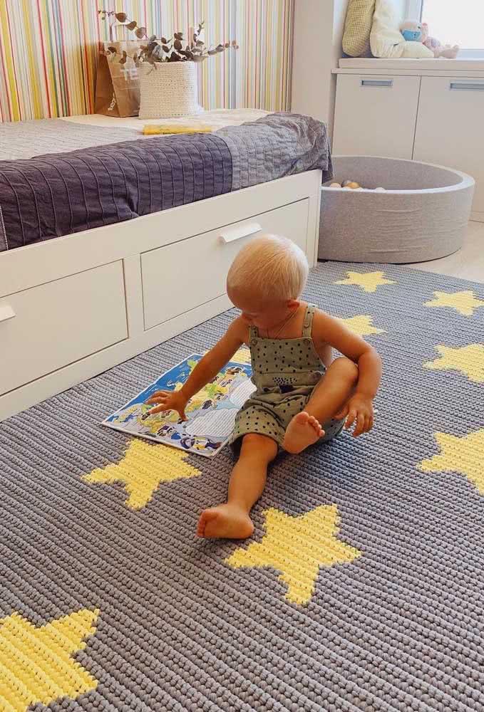 Tapete de crochê retangular para quarto de bebê cobrindo todo o piso. Mais conforto para brincar