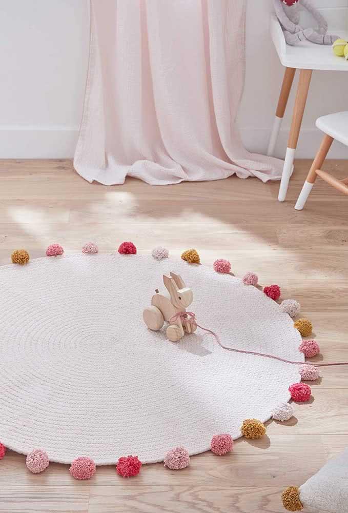 Aqui, a ideia é fazer um tapete de crochê simples de barbante cru, mas valorizá-lo com pompons de lã colorida