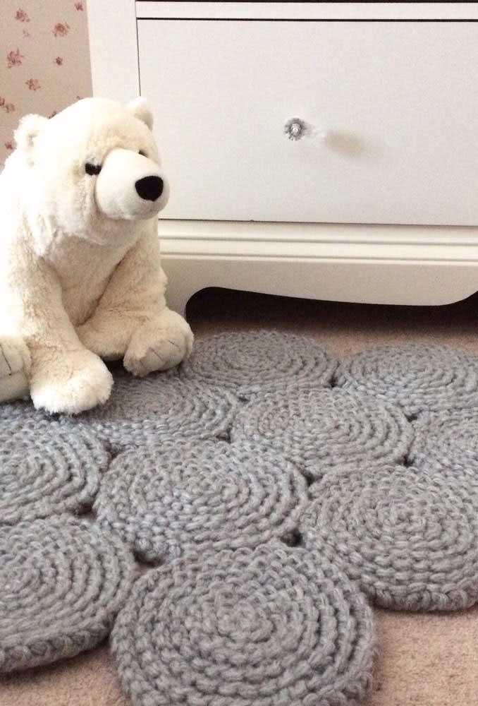 Unidos, os círculos de crochê formam um lindo tapete para o quarto de bebê