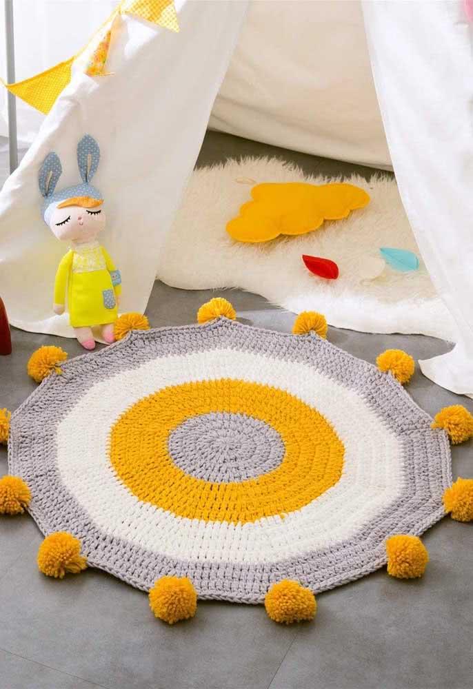 Para sair um pouco do comum, aposte em um tapete de crochê branco, cinza e mostarda