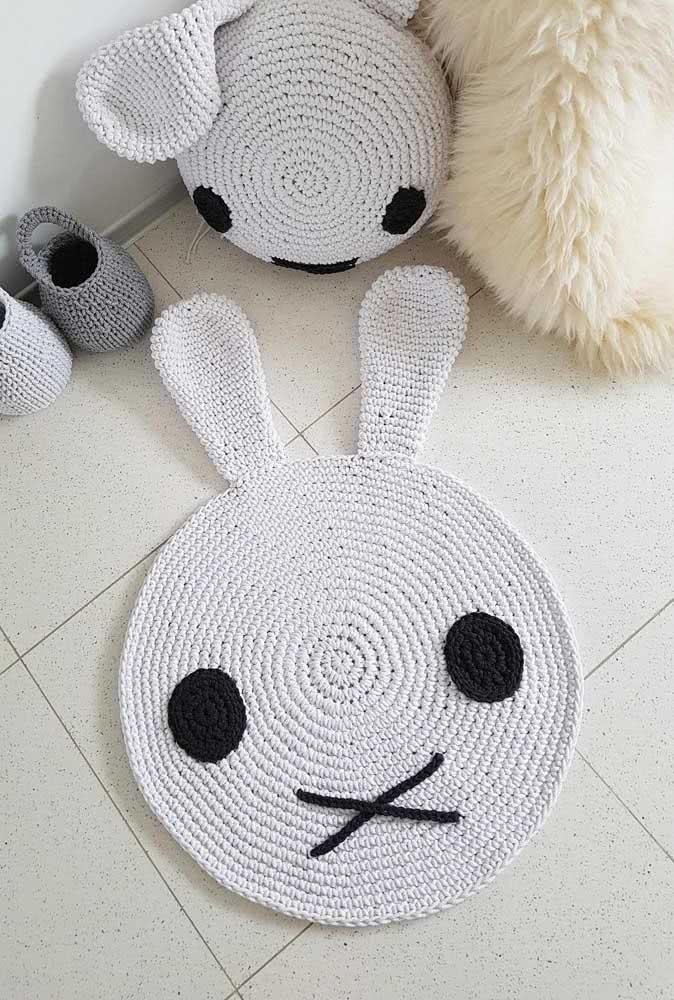 Almofada e tapete de crochê formam um conjuntinho nesse outro quarto de bebê