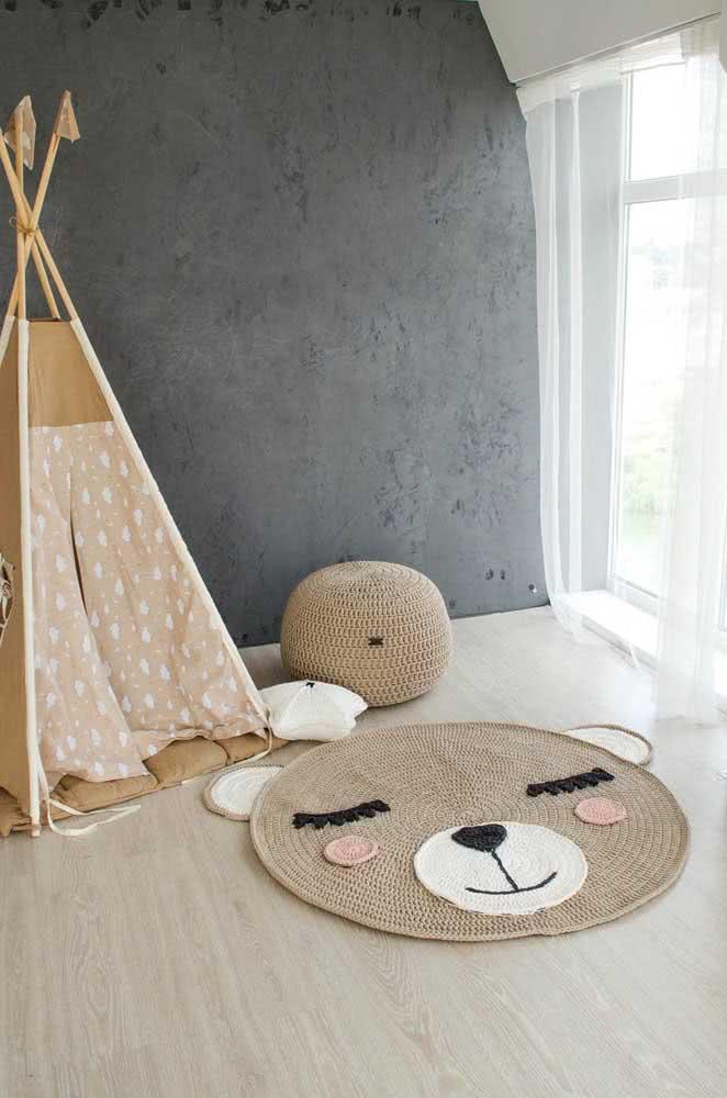 A decoração simples desse quarto de bebê valorizou o desenho lindo do tapete de crochê