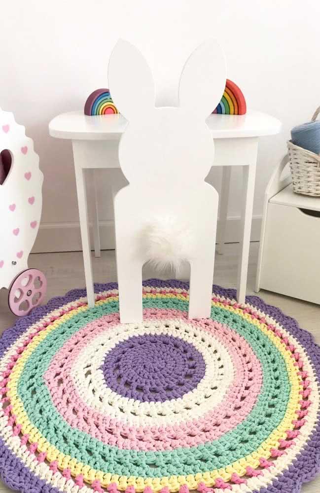 As cores do arco íris na luminária e no tapete de crochê
