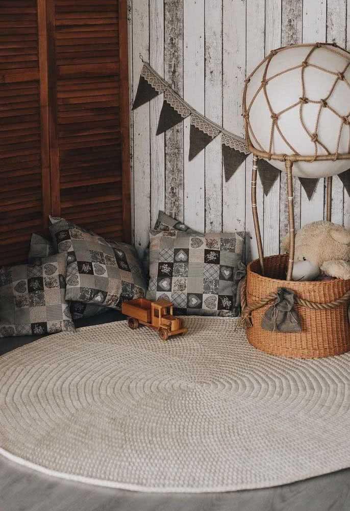 Tapete de crochê redondo para quarto de bebê. A cor neutra combina com a decoração