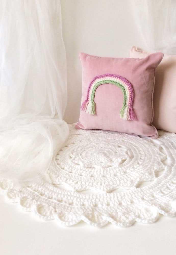 Já o tapete branco de crochê é pura delicadeza. Parece uma nuvem de tão macio!