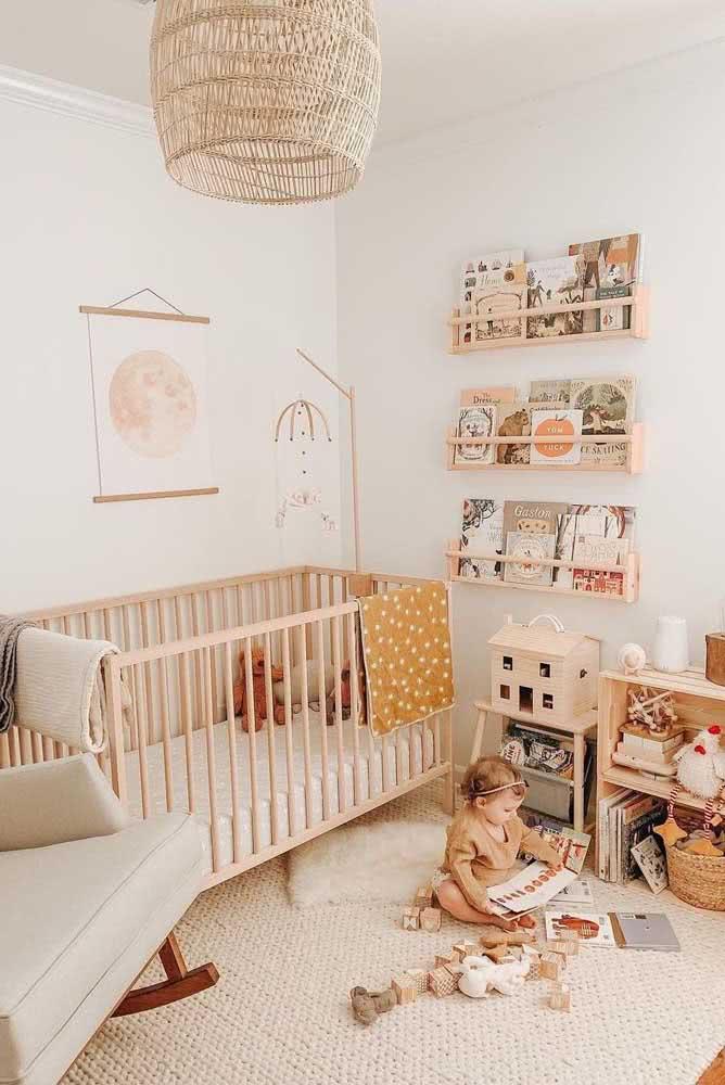 O quarto de bebê com decoração neutra e em tons claros apostou em um tapete de crochê cor crua