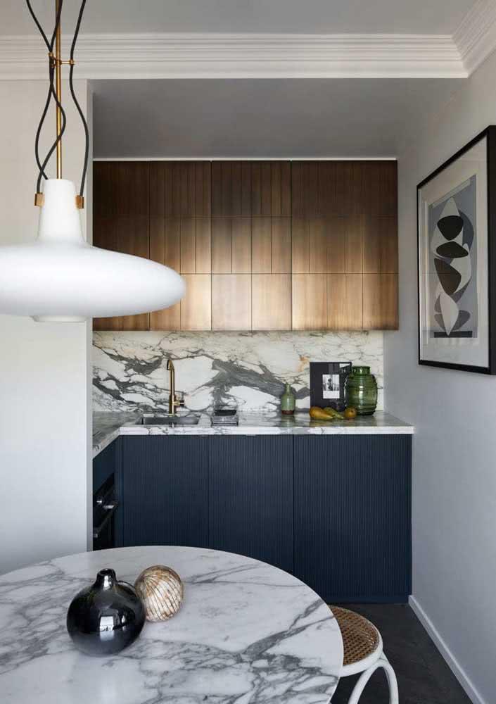 Cozinha em L pequena luxuosa com pedra mármore.